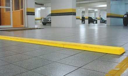 A barreira tipo lombada é um acessório de grande utilidade em estacionamentos, garagens e condomínios. Apresenta grande durabilidade, pois não requer manutenção. É de fácil instalação. Medida: 20 Cm de Largura x 5,5 Cm Altura Cor: Amarela ou Preta Fixação: Cola de Contato